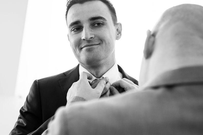 Drużbant poprawiający krawat panu młodemu