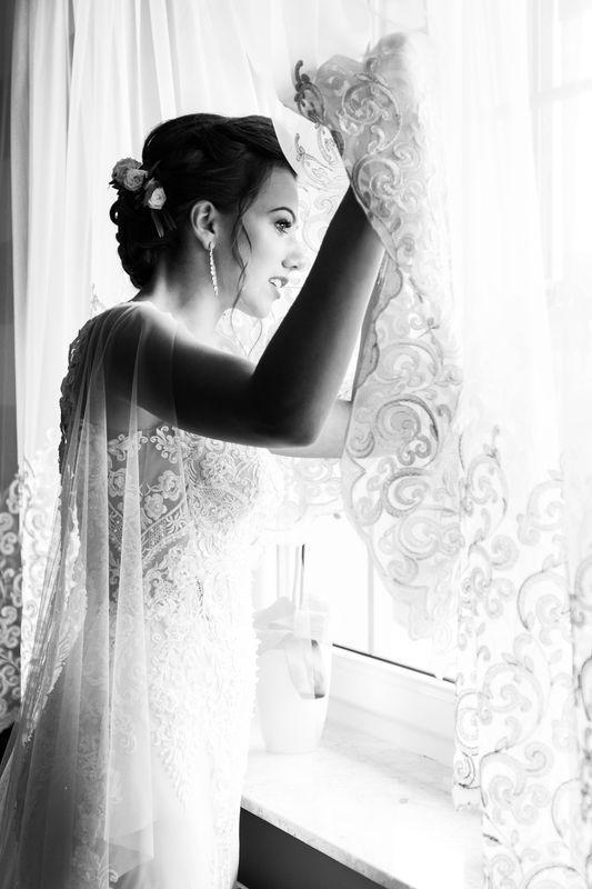 Panna młoda wyglądająca za okno